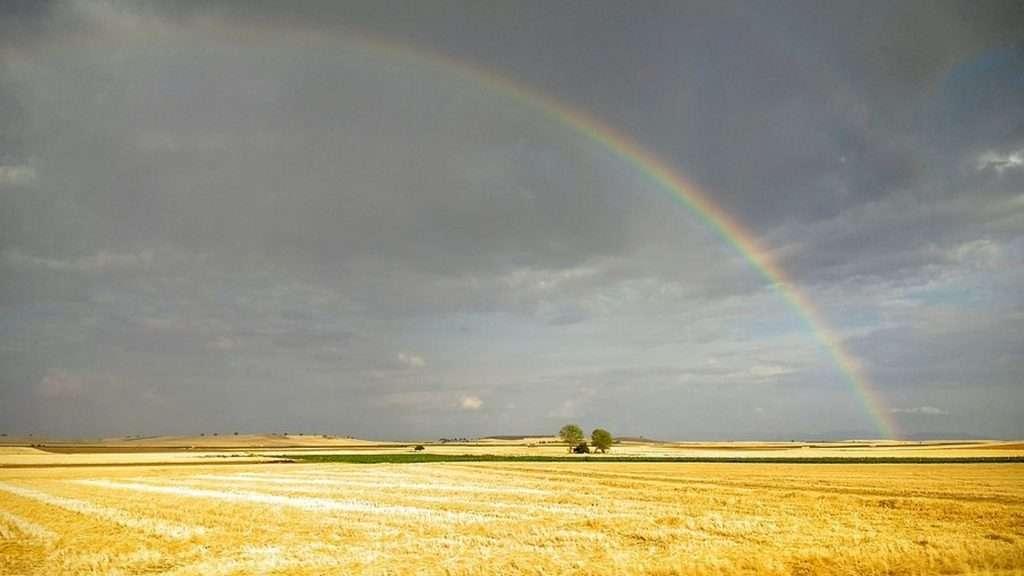 el arcoíris se forma por la reflexión y refracción de rayos solares sobre las gotas de agua