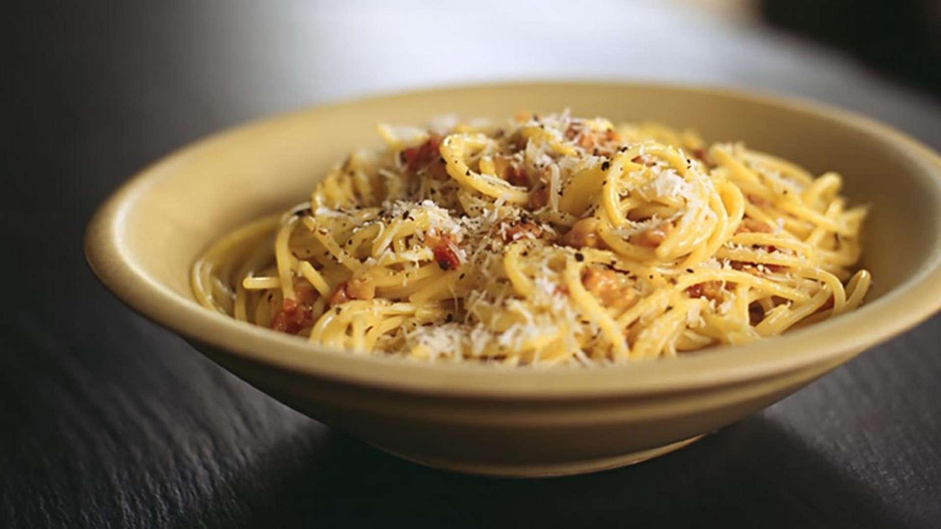 la auténtica salsa carbonara en su receta original son yema de huevo, pimienta, pecorino o parmesano y guanciale