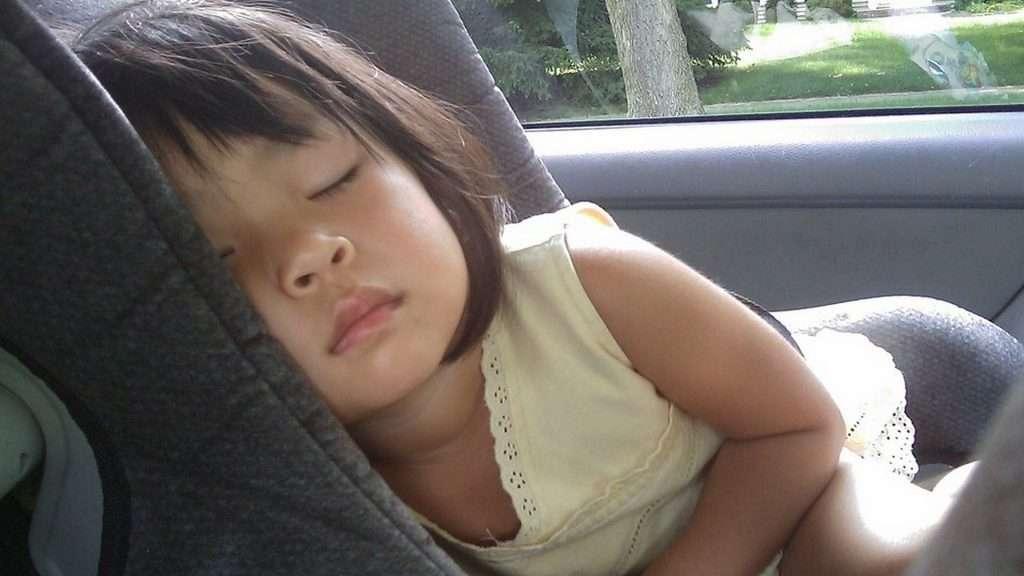 A qué edad pueden ir los niños en el asiento de adelante de un coche